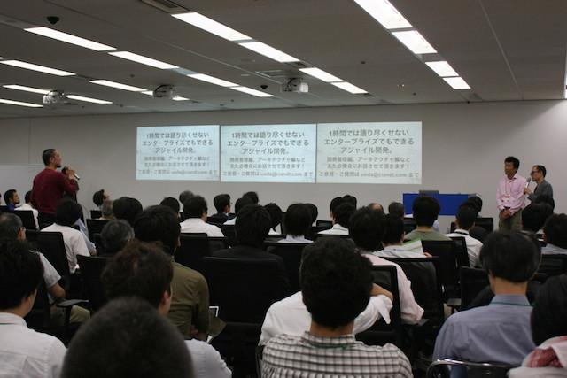 質問をする参加者(Agile Japan 2014 スポンサーセッションB-1)